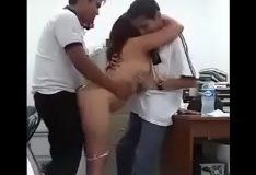 Novinha trepando com dois na escola