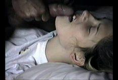 Padastro gozando na cara da enteada deitada na cama dela