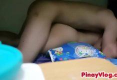 Novinha empinando bem a bundinha pra sofrer na pica