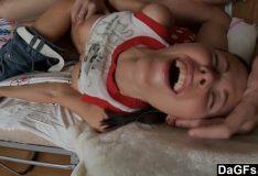Metendo sem pena na novinha e arromando a bucetinha dela