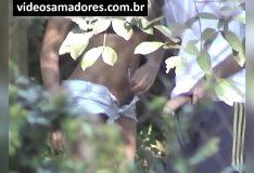 Negra novinha batendo punheta no primo no mato