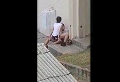 Novinha sentando na pica no fundo da escola