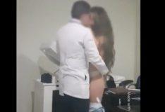 Novinha gostosa dando em cima do médico durante a consulta