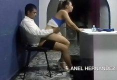 Novinha sentando no colo do professor na sala de aula