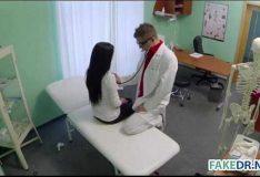 Médico comendo a paciente no consultório